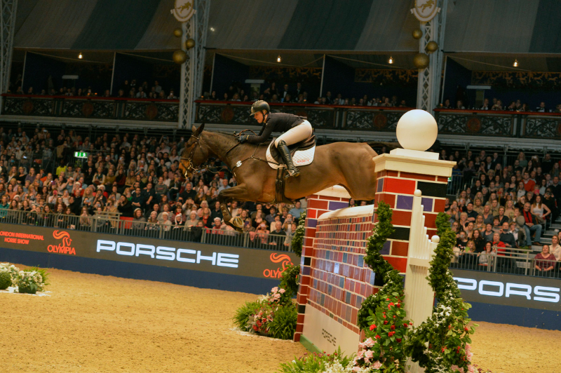 Horse Times Egypt: Equestrian Magazine :News :CHRISTMAS COMES EARLY FOR HOLLY IN THE CAYENNE PUISSANCE